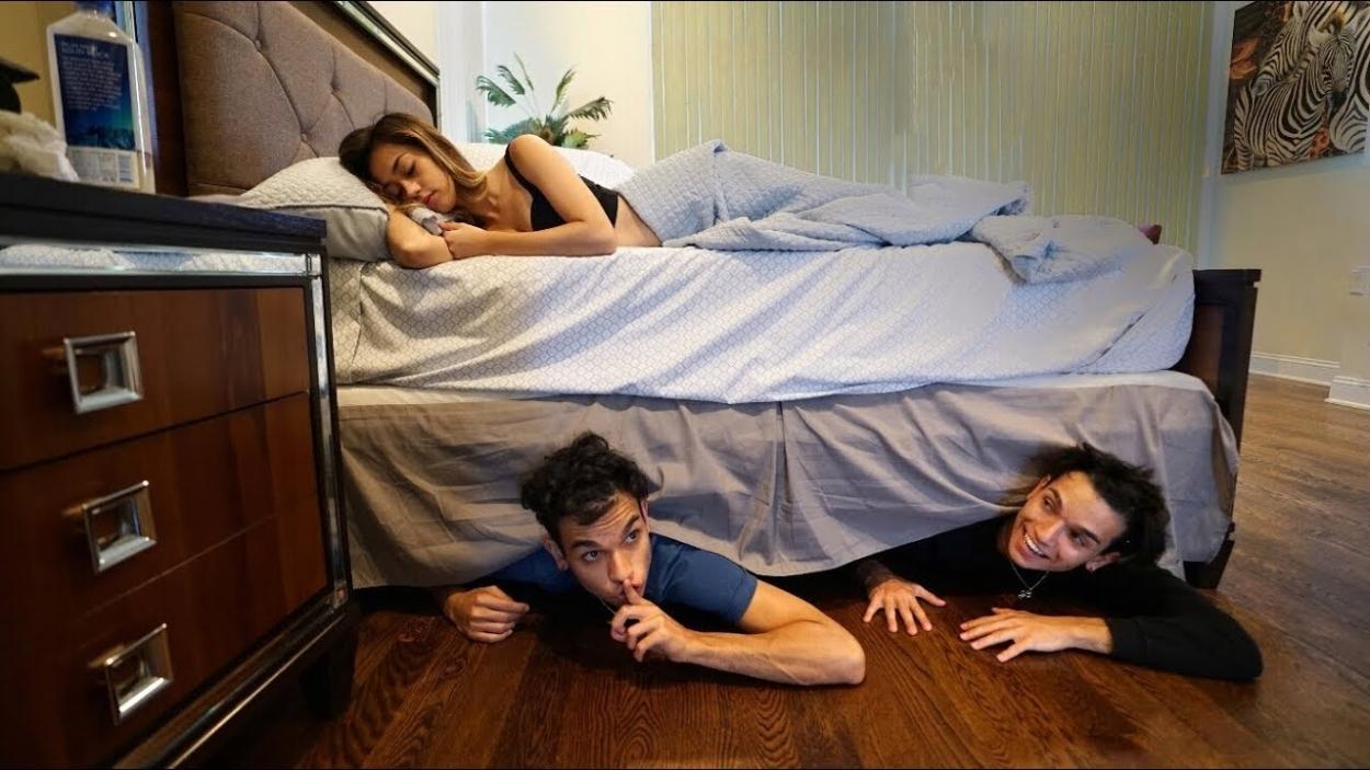 पलंग-के-नीचे-अजीब-हरकते-5-Strangest-Things-Found-Under-Beds
